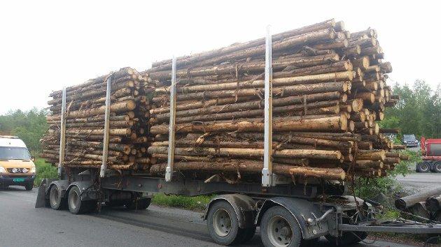 USIKRET: Tømmertransporten hadde ikke sikret sin 64 tonns last. (Foto: Statens vegvesen)