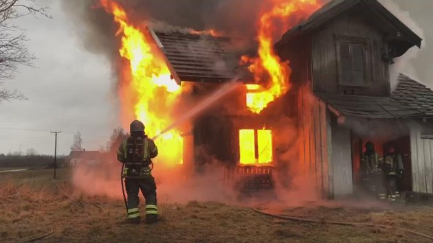 Jorunn Elisabeth Andersen er glad for at Rakkestad brannvesen tok på seg oppdraget med å brenne ned det gamle gårdshuset, som har stått tomt å mange år. Nedbrenningen var en del av praksisuken til Rakkestad brannvesen.