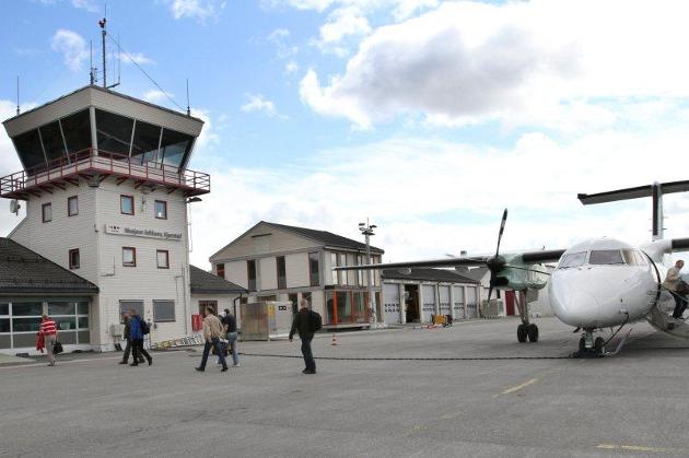 FLYPLASS: Søtteforeninga for Mosjøen lufthavn Kjærstad er meget tilfreds med at Samferdselsdepartementet har tatt det første steget mot en grundig om omfattende ringvikningsanalyse, skriver de i dette leserbrevet. Foto: Torild Wika