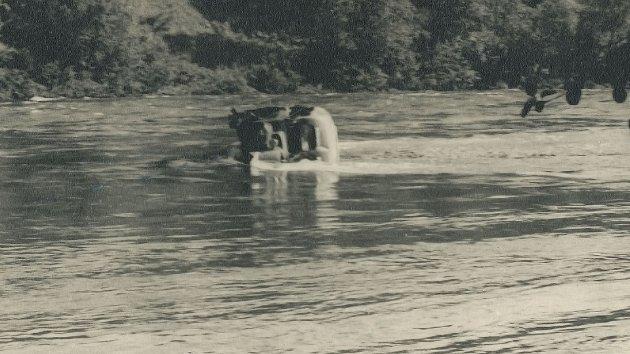 Bussen havnet i elva og ble tatt av strømmen. Fire av passasjerene ble aldri funnet.