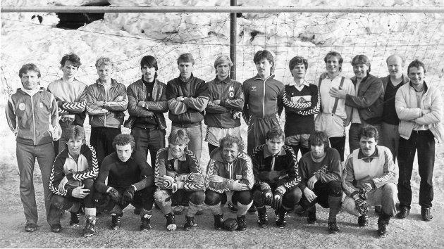 Bildet viser Mo ILs A-lag i 1984. Det ekstraordinære årsmøtet i Mo IL i høst har bestemt at laget skal starte opp igjen på laveste nivå, og understreker at de ikke skal være en trussel for Rana FK.
