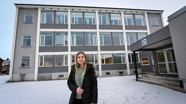 Her i de gamle lokalene og administrasjonsbygget til Polarsirkelen videregående skole i Kongsvegen skal vaksinestasjonen i Rana kommune være. Trine Lise Stensland som er vaksinasjonsansvarlig.
