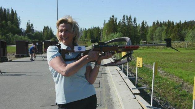 Idrettspresident Berit Kjøll fikk prøve seg som skiskytter på Skillevollen.