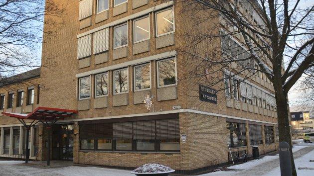 I administrasjonsbygget i Brumunddal har Sigbjørn Johnsen fått bruke et kontor gratis.
