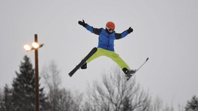 Full fart: Jonas Ugelstad i fin stil over hoppet i Tørudbakken. Skianlegget i Brumunddal sesongåpnet tredje juledag. Det er tre uker tidligere enn sist vinter. Foto: Ole Ludvig Rosenborg