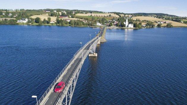 Gammel bru: Det bør bygges ny bru i Nessundet, mener Bernt Torp i Ringsaker Ap.