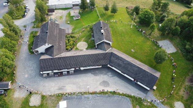 SLO RING OM SKOLEN: 200 mennesker slo ring om Lismarka skole tirsdag.
