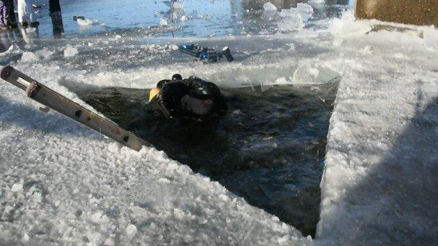 PÅ VEG UNDER ISEN: Her er Erik Haugen fra Kvernstubrua utenfor Moelv på veg ned under mjøsisen under Mjøsbrua søndag.