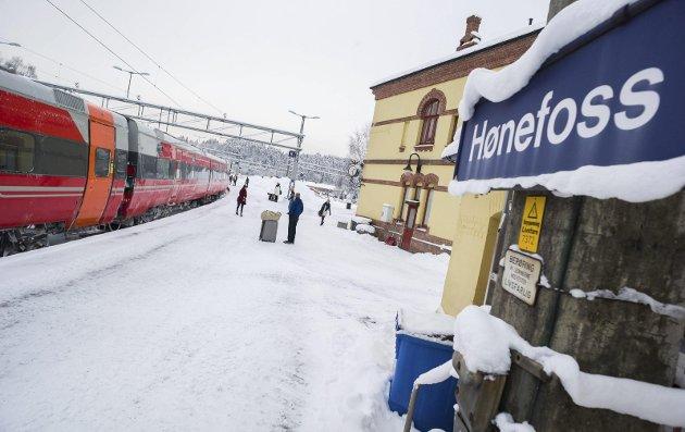Håkon Aasen mener at togstasjon i Ve-krysset er en bedre løsning enn sentralt i Hønefoss.