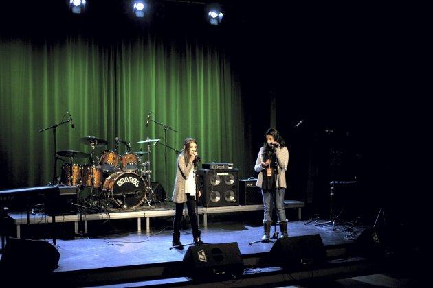 """Dina Omar Hama sang """"We are the world"""" med koring av Rameen Ebid. Foto: Gina Clausen Karlengen"""