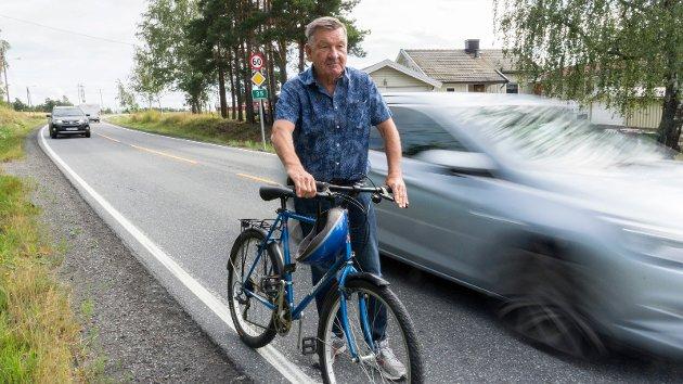 FARLIG: Knut Eggum Johansen er av dem som mener det er farlig å bevege seg på riksvei 35 mellom Tyristrand og Nakkerud uten bil.