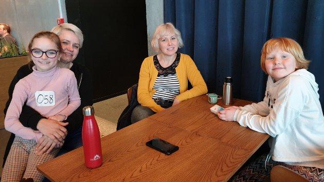 VENTETID: For den som har nummer 58 i rekken kan det bli mye ventetid. Da er det fint at mammaene er å finne nede i cafeen. Fra venstre: Anna Grusgaard Viset (8), Marianna Grusgaard, Kiahma Whelan og Tilde Whelan Strand (8).