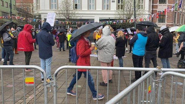 MED RYGGEN TIL: Det var flere mennesker samlet der hvor det foregikk en motdemonstrasjon. Mange av deltagerne stod med ryggen til SIAN.