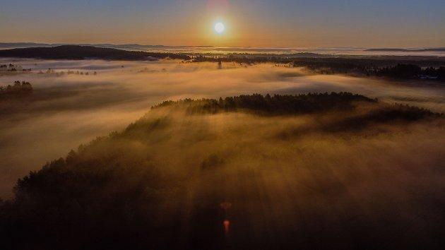 Soloppgang over områder mellom Hvam og Vormsund som trues av Nye Veiers hensynsløse prosjekt prosjekt.