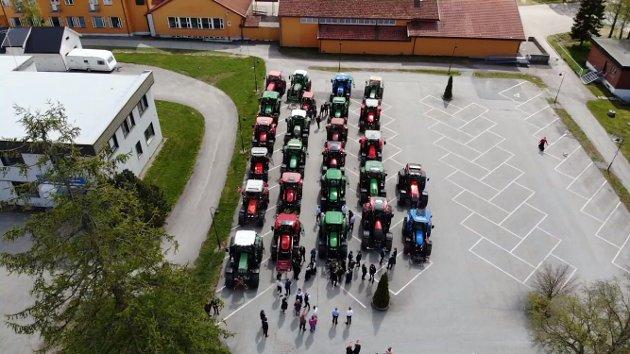 28 traktorer fra Viken (Akershus) Bønder i byn på 17. mai.