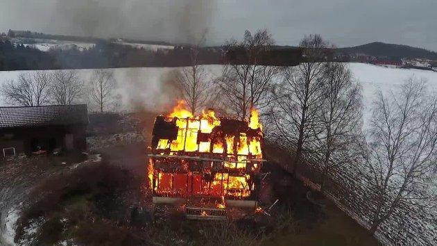 Det siste av åtte hus som skulle bort for å gi plass til riskvei 23 videre mot Lier er nå brent ned til grunnen . Torsdag brukte Røyken brann og redning huset til sin øvelse p åbruk av slukkerutstyr.