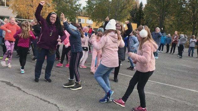 OPPVARMING: Som oppvarming til Skoleløpet ble alle elevene oppfordret til å danse BlimE til musikken fra Freddy Kalas.