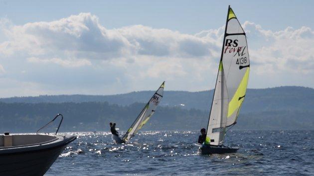 BALANSEKUNST: Det krever høy innsats for å manøvrere båtene i den kraftige vinden.