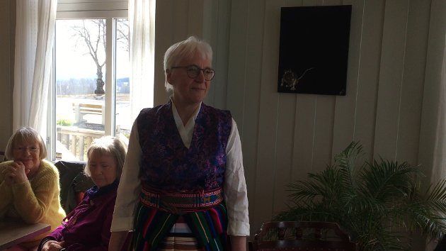 BUNADTILVIRKER: Anne Kari Martinsen ved Beg og Blåne på Hovtun presenterer en rekke flotte bunader og tilbehør.