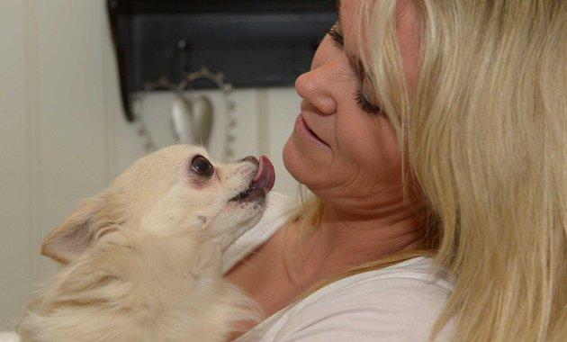 Cecilie Skalleberg  (36)  elsker sine chihuahuaer, og de elsker å  kose med matmor. Foto: Olaf Akselsen