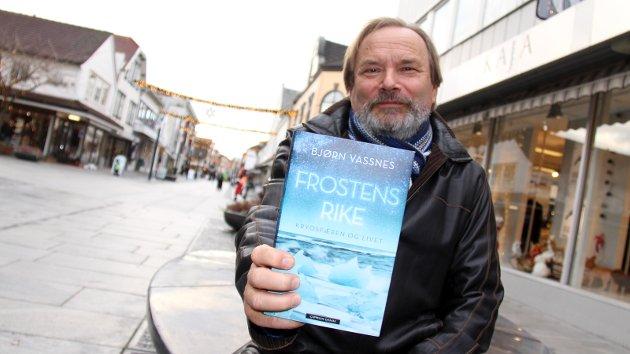 BLIR LAGT MERKE TIL: Bjørn Vassnes, bosatt på Trones, fotografert da han ga ut boken «Frostens rike. Krysofæren og livet» for noen år siden. Journalisten og forfatteren har også sine klare tanker om hvordan Sandnes bør ta grep for å bygge sin egen identitet.