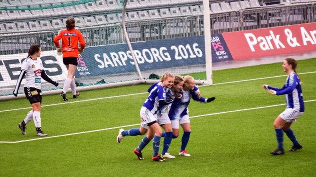 Forfatteren av dette innlegget spør om det ikke heller er styret i Sarpsborg 08 som burde hatt sparken. Her ser vi Julie Gustads 3-1-scoring i sesongåpningen på Sarpsborg stadion.