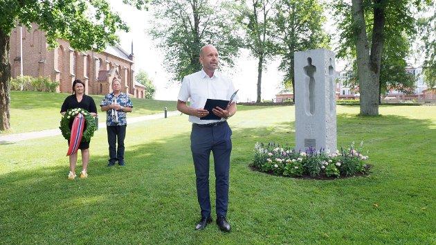 Minnemarkering etter 22. juli med tale og kransenedleggelse ved ordfører Sindre Martinsen-Evje.
