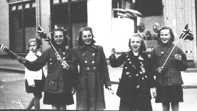 Glade jenter med flagg