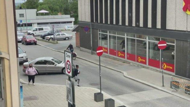 Her bryter bilistene trafikkreglene i sentrum.