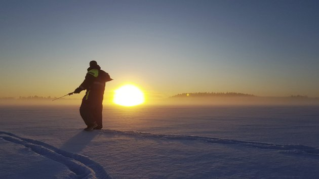 Vinterferie: Terje Heer fra Mysen og Rune Nøkleby fra Slitu sikret seg unik vinteforsyning av torsk og makrell da de reistse på isfiske på Høvik i Oslo.