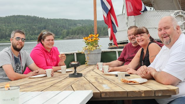SPISER: Håvard Ihlang, Yngvild Wennevold, Arne Alm Hansen, Birgit Alm Hansen og Arild Olsen nyter vaffel og kaffe i varmen.