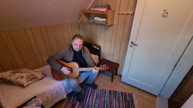 MUSIKKGLAD: Magne Grøttebø var kulturskulerektor i Lærdal i ei årrekkje, så det står ein og annan gitar rundt omkring i huset. Her på det minste soverommet.