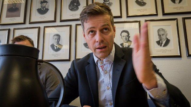 Den ferske samferdselsministeren Knut Arild Hareide får tips av Grønn Ungdom Rogaland.