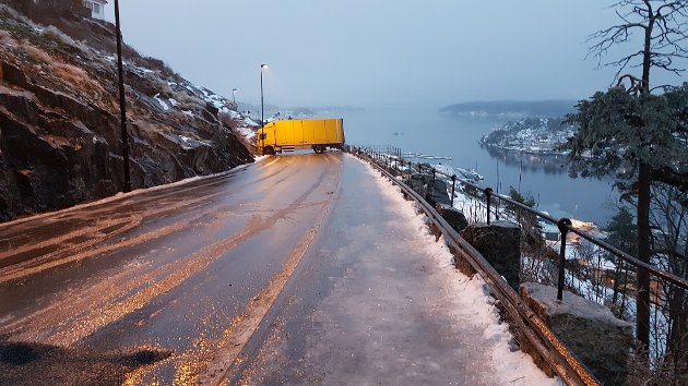 Kragerø: Lastebil sperrer veien ved Utsikten. FOTO: TA-tpser