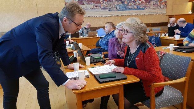 Robert Nordvik (Uavhengig) og Maritta Ohrststrand (Sp) fant sammen i bystyret under budsjettdebatten.