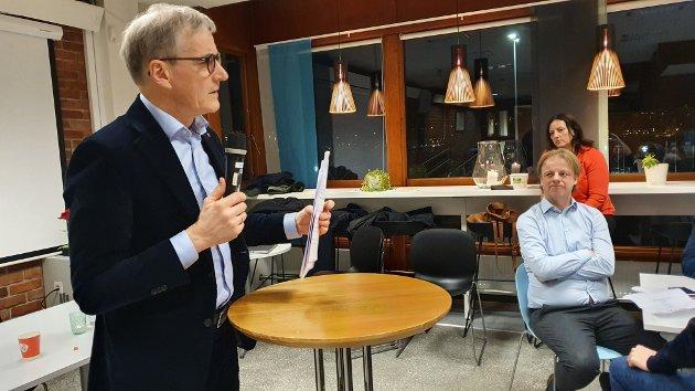 – Det beste man kan si om det totalt dominerende partiet i Kristiansund og Nordmøre i etterkrigstiden, er at det nøler. Partileder Jonas Gahr Støre har vært tydelig på at tilbudet skal bestå til nytt sykehus skal stå ferdig, men ikke noe mer.