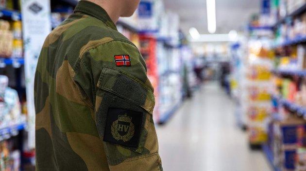 TAKKER: Forsvarsminister Frank Bakke-Jensen takker alle HV-mannskaper som gikk i uniform på jobben sist fredag.