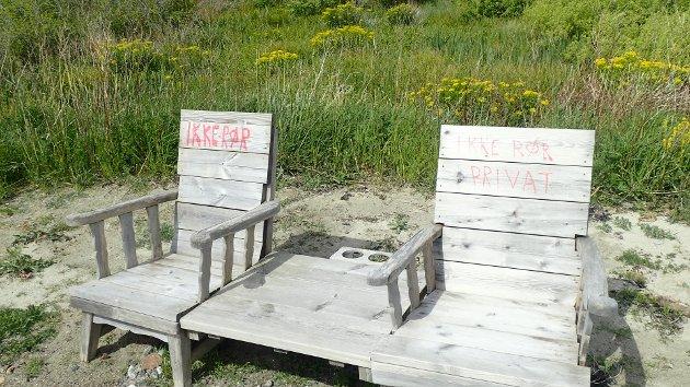 AVVISENDE: Like på bortsiden av disse stolene, står det en benk. Der er det skåret inn at alle er velkommen til å sitte ned.