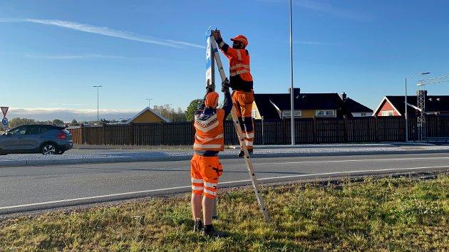 SLUTT: Hans Marius Hvidsten og Atle Isachsen demonterer 2+skiltet på toppen av Presterødbakken.