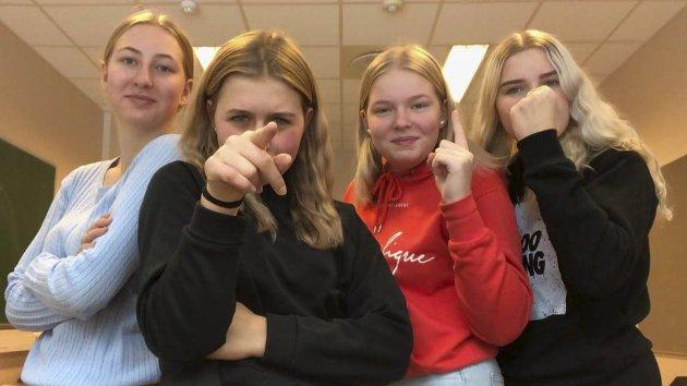 Luna, Anja, Ingrid og Amine synes det er skikkelig dårlig gjort at rektoren og ordføreren stoppet det planlagte juleballet deres. De får støtte av mange. Foto: Privat