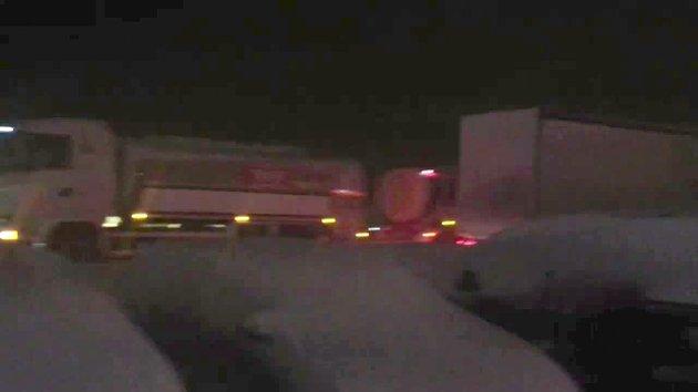 Etter ulykken i Kvamskleiva var det full stopp på E16 og vogntogene hopet seg opp ved Vang Auto-Service.