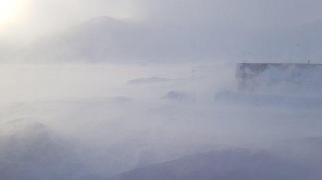Storm: Tor Oxhovd har sendt over denne videoen frå Bygdin Høifieldshotel onsdag ettermiddag. Då var det best å halde seg inne, for ute var det ikkje akkurat greitt å vera ute.