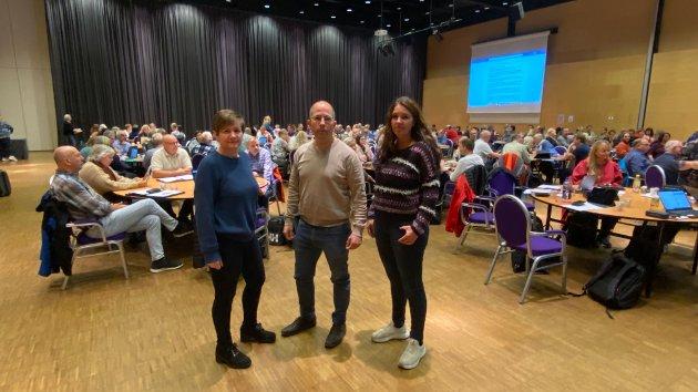 Fra v. Regionleder Helene H. Skeibrok, nestleder Jon-Inge Hagebakken og nestleder Karianne Sten Solheim med representantskapet i bakgrunnen