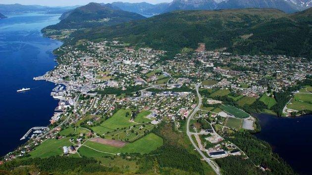 Volda by, med vel 6000 innbyggere (i kommune med totalt 9000), er en velfungerende landsby med sentrum, høyskole, sykehus, gjennomfartsvei, utviklet i et flott jordbruks- og kulturlandskap.  Flott referanse for Rotnes anno 2050.