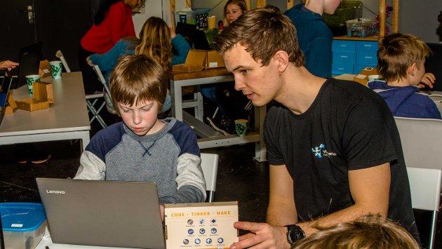 Fra tirsdag til torsdag i vinterferien gir Vitenskolen på NMBU elever fra 8 til 12-år opplæring i datakoding, bioteknologi og fysikk. På bildet gir NMBU-student Erlend Winsnes råd om datakoding til Martin Gjusland (11),  som koder en «bilhjerne».