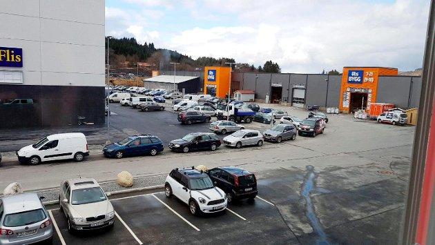 Bilistene står i kø helt inn på parkeringsplassen til Coop Obs Bygg på Haukås i Åsane.  FOTO: KATHERINE FERGUSON