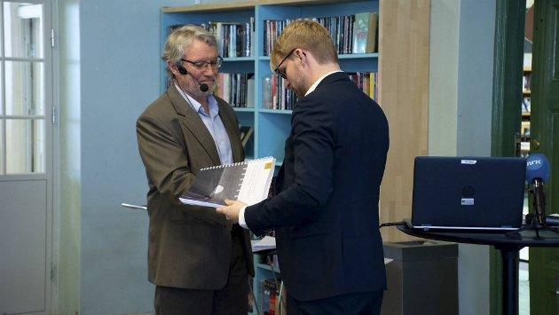 Tidligere assisterende fylkesmann i Hordaland Rune Fjeld har ledet utvalget som har sett nærmere på ti barnevernssaker i Bergen. Her overleverer han rapporten til byrådsleder Roger Valhammer. FOTO: ANDREW BULLEN, BERGEN KOMMUNE