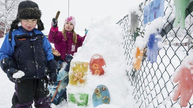 SNØGLEDE: Barn kan å glede seg over snø. I dagens leder ser også redaktør Knut Bråthen på gledene med snø.