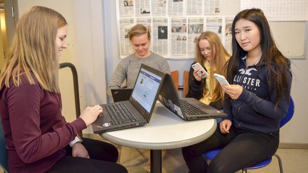 Foran skjermen: Artikkelforfatter Nina Aamotsbakken (t.h.) har reflektert rundt positive og negative sider ved sosiale medier og tid brukt på dem. Her er hun sammen med Silje Ripe (t.v.), Joakim Skorta og Lillian Bjertnes.