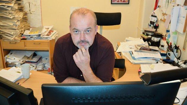 LITE FORNØYD: Redaktør Knut Bråthen i Bygdeposten liker ikke endringene i postutleveringen som gjør at omlag 300 abonnenter ikke vil få avisen på utgivelsesdagen.